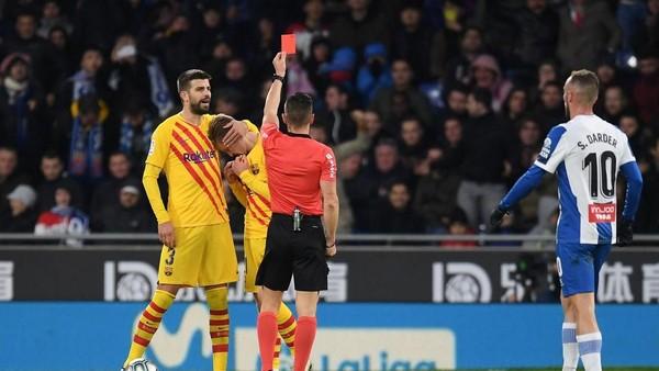 Ket Foto : De Jong diusir wasit pada menit ke-75. (Alex Caparros/Getty Images/detik.com)