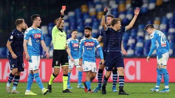 Ket Foto : Lucas Leiva dikartu merah wasit saat Lazio takluk 0-1 dari Napoli. (Foto: Francesco Pecoraro/Getty Images)
