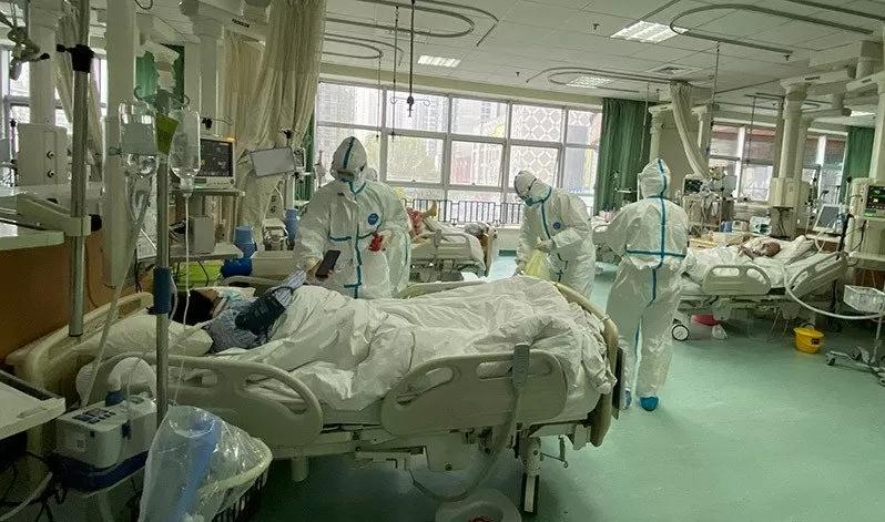 Foto yang diunggah ke media sosial pada 25 Januari 2020 oleh Rumah Sakit Pusat Wuhan menunjukkan staf medis merawat pasien, di Wuhan, China. (ANTARA/REUTERS/Weibo/aa).