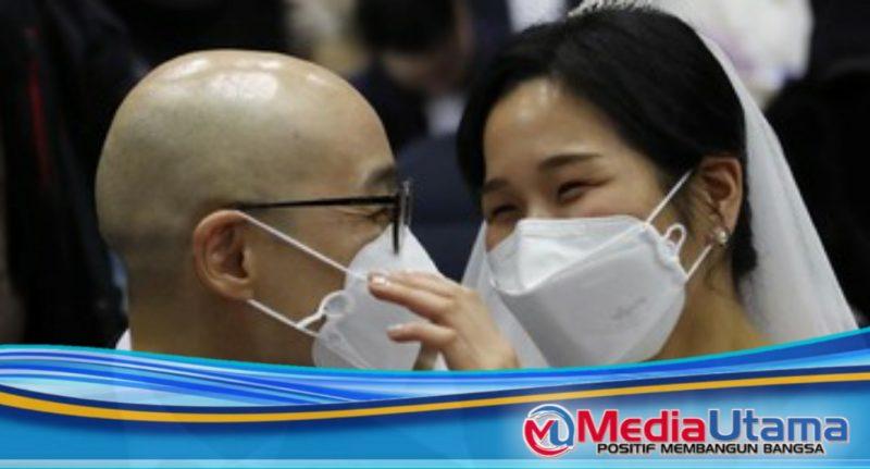 Ket Foto : Ilustrasi. Suasana acara nikah massal di Korea Selatan yang bersamaan dengan mewabahnya virus corona di sana. (AP Photo/Ahn Young-joon)