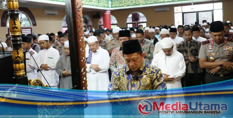 Ket Foto : Mendagri Jadi Imam Sholat Jumat di Masjid Cheng Ho Kota Kelahirannya Palembang.
