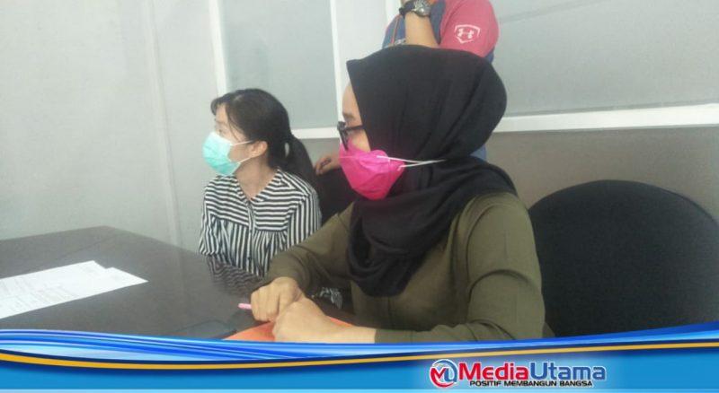 Ket Foto : Pihak PT Global IMOO Telekomunikasi melalui Jennifer (kiri), Leli (kanan) ketika bertemu dengan para pekerja yang akan di berhentikan.