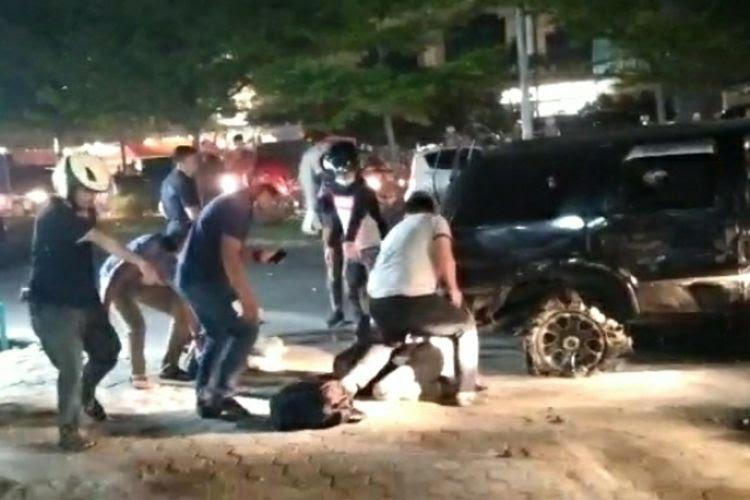 Ket Foto : Detik-detik penangkapan oknum perwira polisi dan seorang rekan sesama kurir sabu di Jalan Soekarno Hatta, Kota Pekanbaru, Riau, Jumat (23/10/2020) malam sekitar pukul 19.00 WIB.