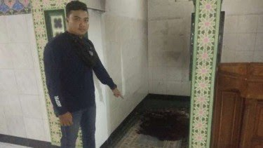 Ket Foto : Sajadah milik Masjid Jami Al-Falah, Desa Mekar Baru, Kecamatan Petir, Kabupaten Serang, Banten dibakar oleh seorang tak dikenal pada Senin 26 Oktober 2020 dini hari. (viva.co.id)