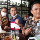 Ket Foto : Kasi Pidum Riachad Sihombing (tengah) di sela-sela silaturahminya sebagai pejabat baru dengan insan pers, Jumat, (16/10/2020) di Medan.
