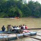 Ket Foto : Tim SAR bersama warga melakukan pencarian korban yang hanyut di sungai silau.