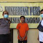 Ket Foto : Tersangka (tengah) diamankan petugas Polsek Sunggal.