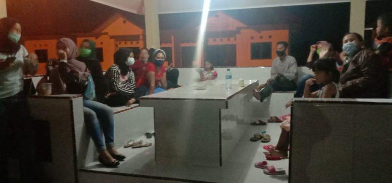 Ket Foto : Para peserta Arisan Online menunggu dan mengawal proses pemeriksaan.