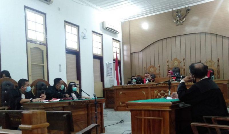 Ket Foto : Majelis hakim Aimafni Arli saat membacakan putusan dalam persidangan yang digelar secara video call di ruang Cakra 9 Pengadilan Negeri Medan.