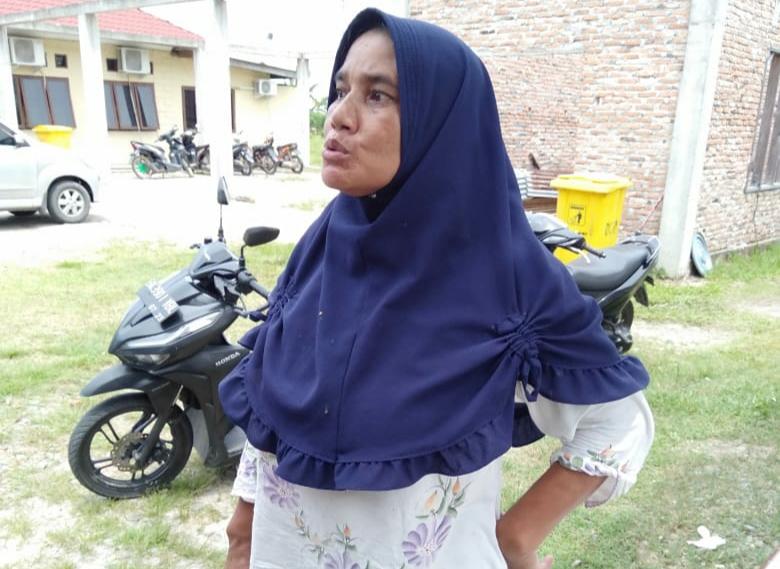 Ket Foto : Jamilah (46) korban hipnotis saat menceritakan kejadian kepada awak media.