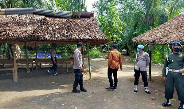 Ket Foto : Tim gabungan saat melakukan penggerebekan lokasi judi di Dusun Batu Karang Desa Sumbul, Kecamatan STM Hilir Kabupaten Deli Serdang.
