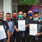 Ket Foto : KAUM Sumut usai mendaftarkan gugatan prapid di PN Medan. Senin (19/10). Penangkapan Ketua KAMI Medan dinilai cacat hukum.