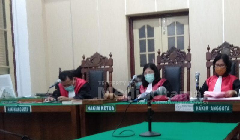 Ket Foto : Majelis hakim yang diketuai Riana Pohan saat membacakan putusan melalui video conference di ruang Cakra 6 Pengadilan Negeri Medan.