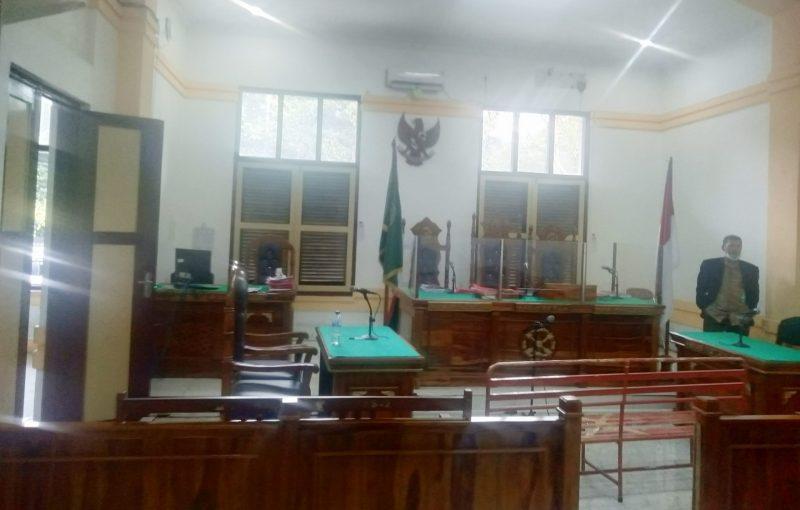 Ket Foto : Suasana ruang sidang di ruang Cakra 3 Pengadilan Negeri Medan setelah ditinggal JPU yang ingin bersidang.