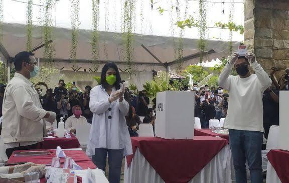 Ket Foto  : Bobby dan Kahiyang Mencoblos di TPS 22 Komplek Taman Setia Budi Indah. (CNNIndonesia.com)