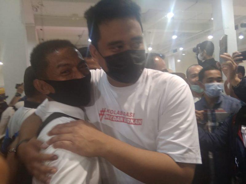 Ket Foto  : Calon Wali Kota Medan Bobby Nasution memeluk Ketua Umum Re-Born Suwarno pasca-unggul dalam hasil hitung cepat Pilkada Medan 2020. Bobby berpesan kepada para relawan dan pendukung untuk mengawal hasil ini hingga menanti keputusan resmi dari Komisi Pemilihan Umum (KPU).