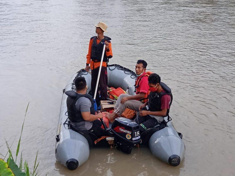 Ket Foto : Tim SAR gabungan terdiri dari BPBD Asahan, BASARNAS Pos Tanjung Balai dibantu unsur Relawan PMI Asahan serta masyarakat saat melakukan pencarian terhadap korban.