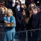 Ket Foto : Joe Biden dan Kamala Harris resmi dilantik sebagai presiden dan wakil presiden AS. (Reuters/ Kevin Lamarque)