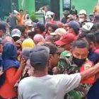 Ket Foto : Situasi saat saling dorong antara warga pendemo dengan security PT Sri Timur , sekira pukul 17.00 Wib, Kamis (1/3/2021).